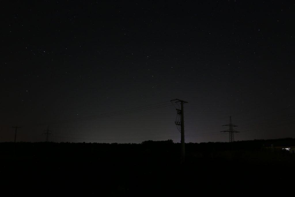 Lichtverschmutzung: Die Lichtglocke der Stadt Schweinfurt erhellt auch 10 Kilometer südlich, in Röthlein, noch den Nachthimmel